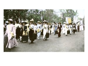 suffragette-marchers-carrying-portable-speaker-rostrums-new-york-city-1912